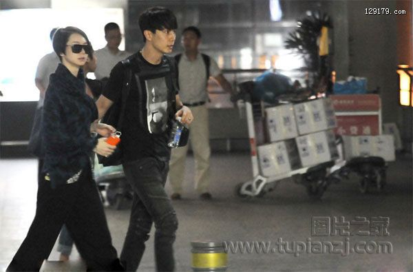 戚薇与未婚夫李承铉现身机场感情甜蜜任人拍